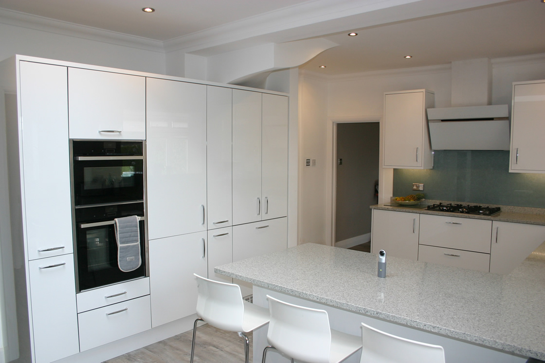 White Kitchen with 30mm Radianz Sierra Bedrock Quartz