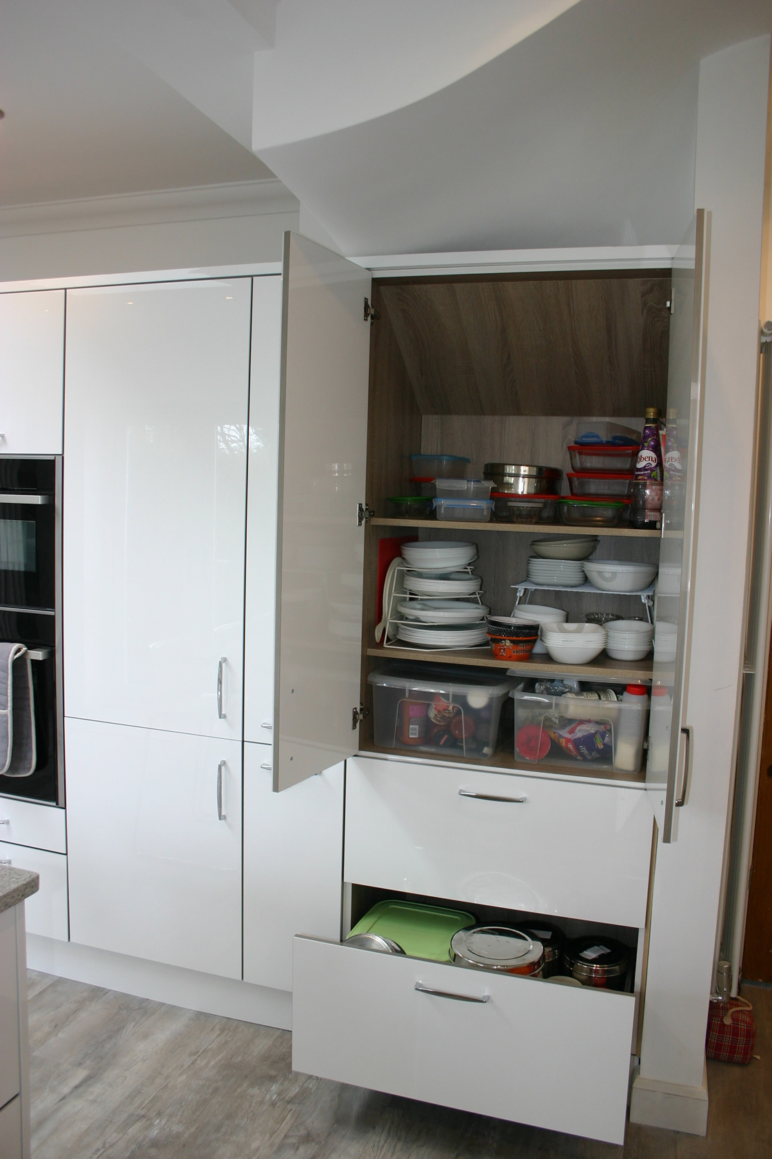 Acrylic White Gloss Kitchen with Bespoke Storage Options